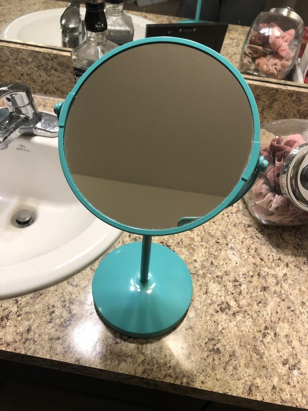 Magnifying vanity makeup mirror