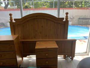 Queen Bedroom Set (3 peices) FREE matress and boxspring Included! for Sale in Pompano Beach, FL