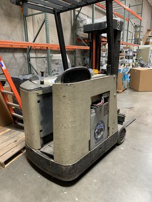 Crown Stand up Electric Forklift with newer loadhog Batteries and Renagade Charger for Sale in Scottsdale, AZ