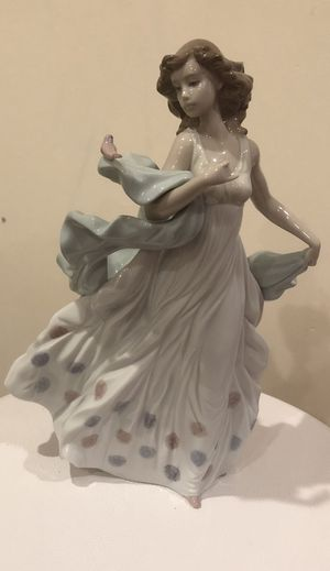 lladro - Summer Serenade Woman Figurine for Sale in Los Angeles, CA