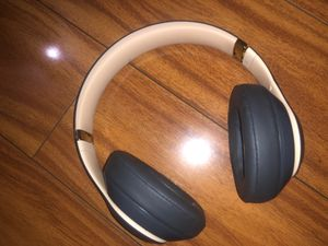 Beats studio3 wireless come with box,charger,and beats case for Sale in Redwood City, CA