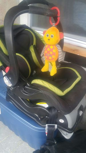 Infant car seat with base for Sale in Boston, MA