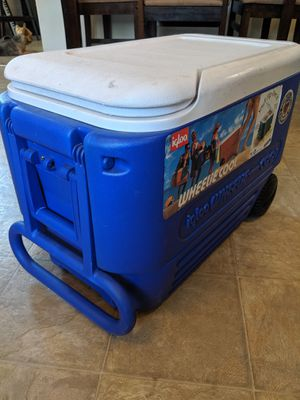 Igloo cooler large with wheels for Sale in Las Vegas, NV