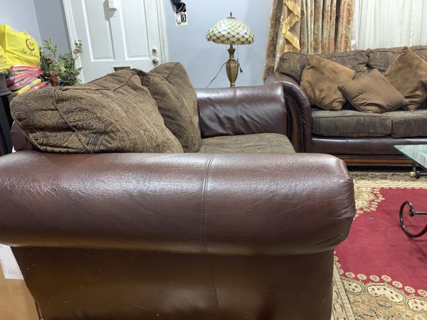 Nice living room set - 3 pieces and includes coffee table