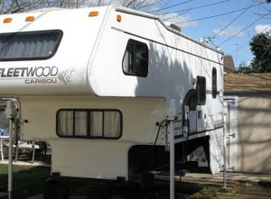 Cab over camper Caribou/Fleetwood 1997 for Sale in Ridgefield, WA