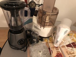 Kitchen appliances- check picture for items. Mixer set ( wet and dry cups), food processor with 3 blades ( grinding, shredding,grating), knife set, h for Sale in Milwaukee, WI