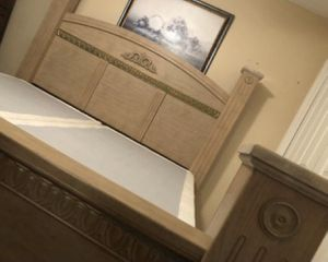BEAUTIFUL KING BED INCLUDE HEADBOARD FOOTBOARD FRAME RAILS MATTRESS BOX SPRING ALL EXCELLENT CONDITION for Sale in Miromar Lakes, FL