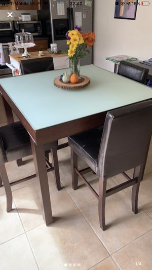 Expandable kitchen table with 4 chairs for Sale in Miami, FL