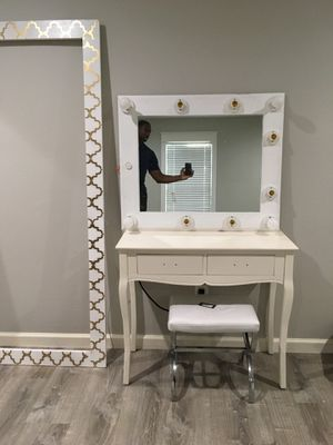 MakeUp vanity table with dim lights for Sale in Houston, TX