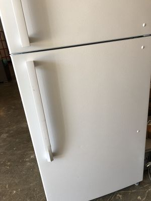 Insignia™ - 18.1 Cu. Ft. Top-Freezer Refrigerator - Whit for Sale in Houston, TX
