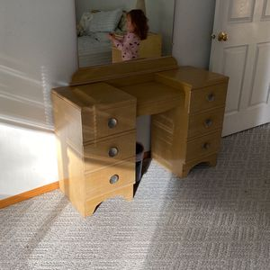 Dresser, 2 Nightstands And 2 Twin Bed With Head Board Set for Sale in Graham, WA