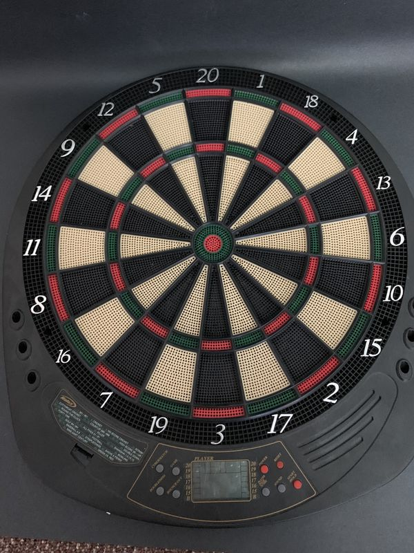 Electronic Dart Board with 4 1/2 darts + extra pieces
