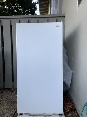 **UPRIGHT FREEZER ***MAGIC CHEF ***5 CU FEET*** VERY GOOD CONDITION. WORKS GREAT !! for Sale in San Francisco, CA
