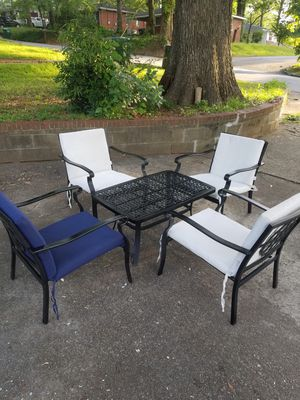 Metal cushioned patio set (patio table and 4 chairs) for Sale in Hapeville, GA