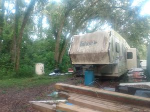 5 wheel camper with Popout for Sale in Jacksonville, FL