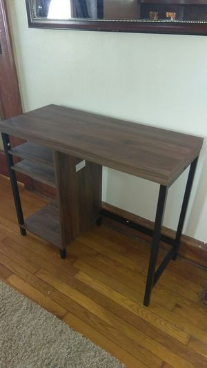 Small desk, for Sale in Cleveland, OH