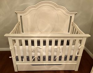 Crib / Toddler bed with mattress and storage drawer for Sale in La Mirada, CA