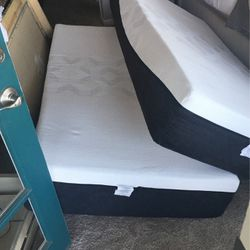 King Size Memory Foam Mattress Like New 3month Old Beautiful . Retail price 900 selling for 395 for Sale in Thousand Oaks,  CA