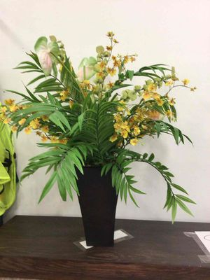 Vase and flowers for Sale in Pembroke Pines, FL