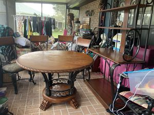 Kitchen table and chairs with bakers rack for Sale in Kissimmee, FL
