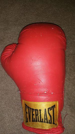 Everlast boxing glove for Sale in Maricopa, AZ