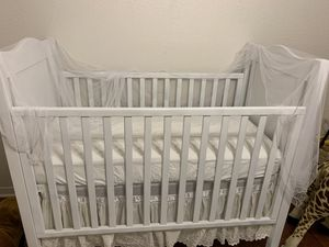 White baby crib and bedding for Sale in Pasadena, TX