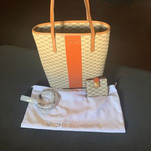 Authentic Michael Kors tote with bag cover, Wallet & extra strap for Sale in Inglewood, CA