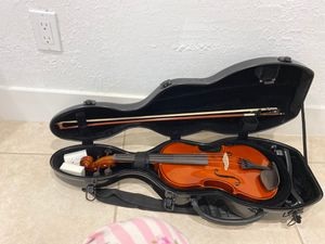 Beautiful 4/4 Violin with 4/4 Bow and a 4/4 Cello Shaped Fiberglass case with straps, also comes with 4/4 3~4 Shoulder Rest. for Sale in North Miami, FL