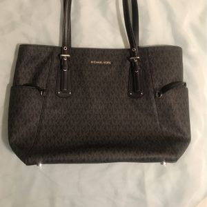 Michael Kors Voyager EW Tote Bag for Sale in Detroit, MI