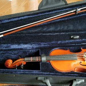 3/4 Violin+case+bow+head rest for Sale in Suwanee, GA
