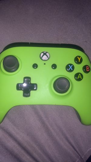 Cheap Xbox controller it's wired bit don't have the cable for Sale in Garden Grove, CA
