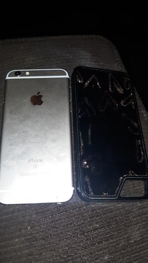 iPhone 6s cracked screen with case still works. for Sale in Maple Heights, OH
