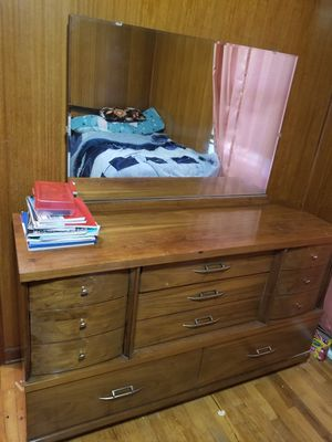 8 drawer dresser used like new for Sale in Saint Joseph, MO