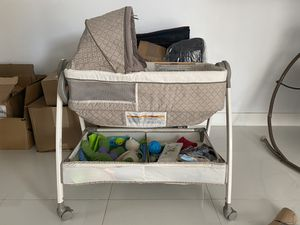 Graco bassinet and changer for Sale in Miami, FL