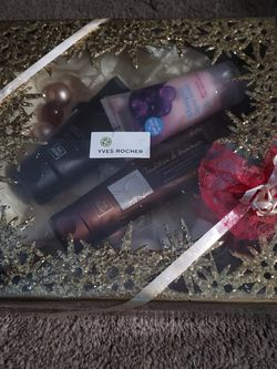 Yves Rocher (Christmas Gift Box Set) for Sale in Bothell,  WA