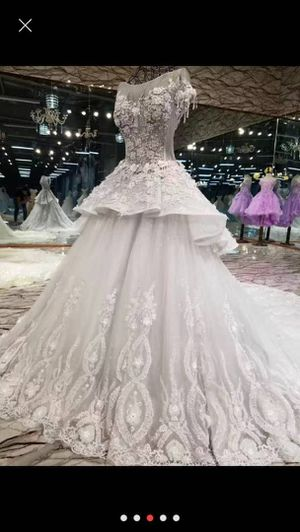 Light gray wedding dress size 4-6 for Sale in Concord, CA