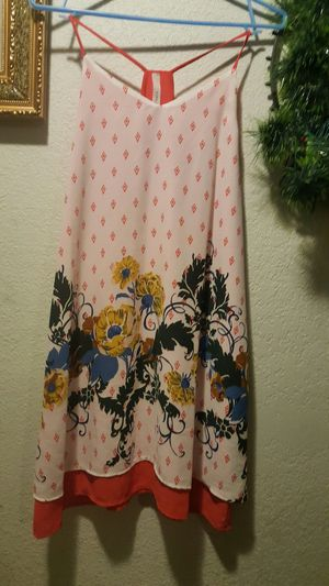 Hermoso bestido en color beisen un hermoso diseño floral marca GILLI for Sale in Los Angeles, CA