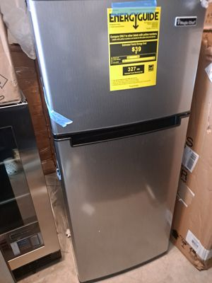 Magic Chef Refrigerator w/ freezer 2 dr.4.5 cu.ft for Sale in Lawrenceville, GA