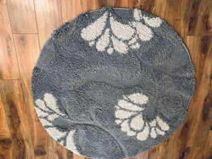 Safavieh snug round rug !!! 4 ft D for Sale in Vancouver, WA
