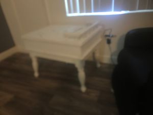 2 white end tables in excellent condition for Sale in Mesa, AZ