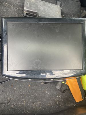 Small TV with wall mount for Sale in Goleta, CA