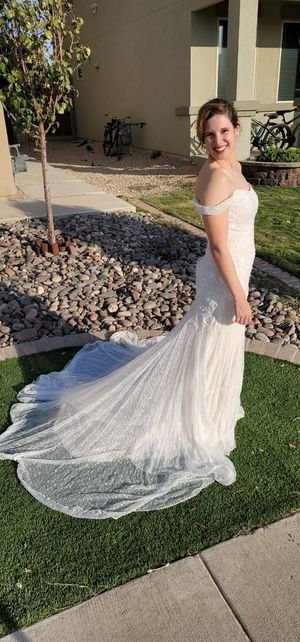 Off the shoulder lace wedding dress with train for Sale in El Paso, TX