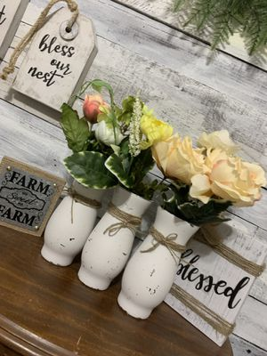 $$ CLEARANCE $$ (1) Rustic / farmhouse / vase with flowers for Sale in Deltona, FL