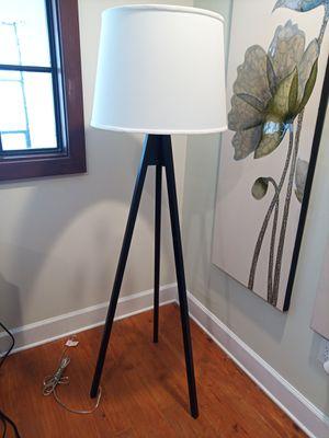 Tripod floor lamp for Sale in Tampa, FL