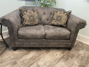 Tufted loveseat for Sale in Tampa, FL