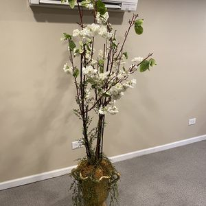FLOOR VASE WITH LONG STEM FLOWERS for Sale in Chicago, IL