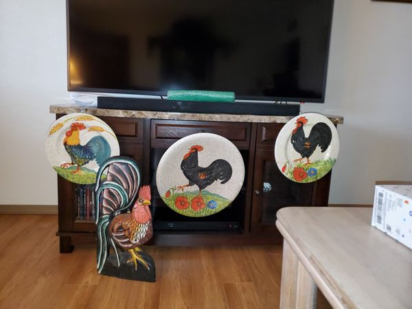 DECORATIVE HANGING ROOSTER MOTIF PLATTER & LIFE LIKE PAINTED WOODEN ROOSTER
