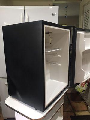 Refrigerator médium size works perfect for Sale in Miami, FL