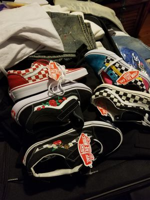 VANS SZ 6 AND 7 WOMEN for Sale in New Bedford, MA
