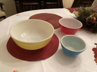 Vintage 3 pc Pyrex bowl set Yellow Red Blue for Sale in Middletown,  NJ